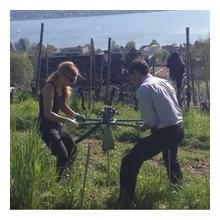 Patricia und Diederik Didi Michel beim Eindrehen von Ankern im Rebberg Weingut Diederik in Küsnacht am Zürichsee